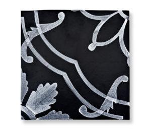 mori-ceramiche-decorate-tela-bianco-su-nero
